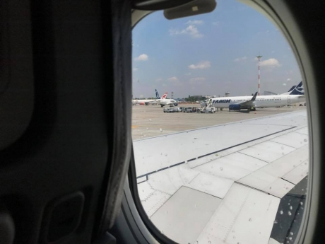 VIDEO Momente de groază la bordul unui avion pe ruta Priștina-Basel. Momentul în care căruciorul cu băuturi a fost proiectat în tavan la mii de metri altitudine