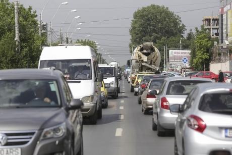 Traficul rutier este blocat pe DN 2: Un autocamion s-a răsturnat în afara părţii carosabile, existând scurgeri de motorină din rezervor