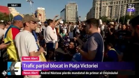 INCIDENTE în Piața Victoriei: Protestatarii au blocat traficul, au folosit și o mașină în acțiunile lor - LIVE VIDEO