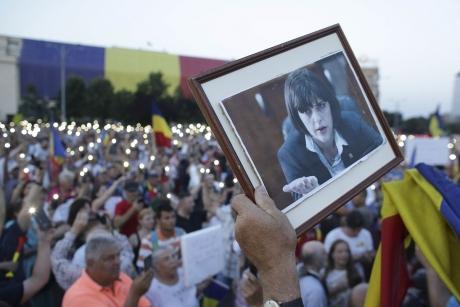 EXPLOZIE DE BUCURIE în Piața Victoriei: Zeci de protestatari s-au bucurat la auzul deciziei că Liviu Dragnea a fost condamnat la închisoare