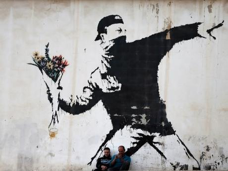 Expoziţia 'The World of Banksy' reuneşte lucrări originale ale artistului britanic şi fresce reconstituite de zeci de graficieni - FOTO