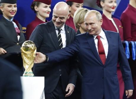Imaginile care fac înconjurul mapamondului: Cum a fost UMILIT Vladimir Putin de un jucător francez și ce i-a arătat Conor McGregor - VIDEO