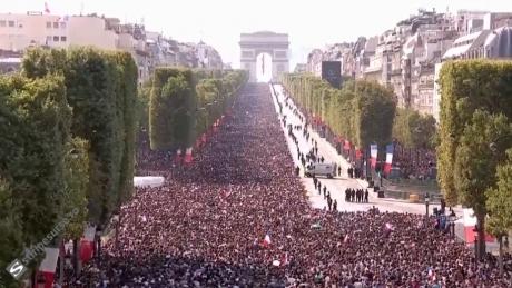 NEBUNIE la Paris: Campionii mondiali defilează pe Champs-Elysees, alături de sute de mii de oameni - LIVE VIDEO