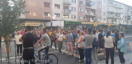 Sute de persoane protestează în faţa Primăriei Bacău pentru că oraşul nu are apă de patru zile