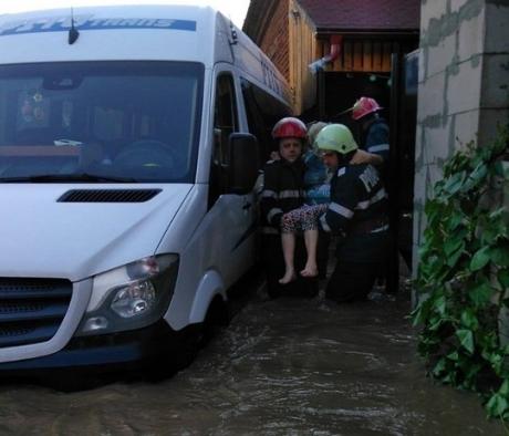 VIDEO - Scene dramatice în Arad: Sute de case şi zeci de maşini au fost acoperite de ape în urma ruperi de nori