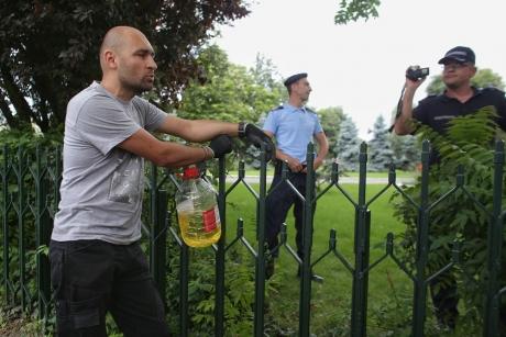 Jandarmeria vine cu precizări despre protestatarul care s-a legat de gardul Guvernului: Ce sancţiune s-a aplicat