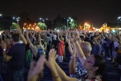 GEST UNIC al protestatarilor, în fața Guvernului: Copie după ultrasii din peluze - FOTO