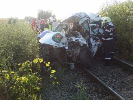 Accident groaznic în Olt - Două persoane au fost rănite, după ce mașina în care se aflau a fost lovită de tren