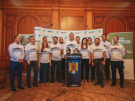 USR îşi prezintă cei 85 de membri care vor să candideze la europarlamentare. Activistul homosexual Adrian Coman, fost asistent al Monicăi Macovei, pe listă