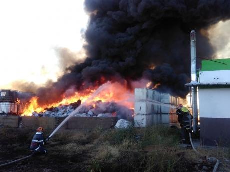 Incendiu la un depozit de uleiuri folosite şi vopsea: ISU intervine cu şapte autospeciale de stingere; nu sunt victime