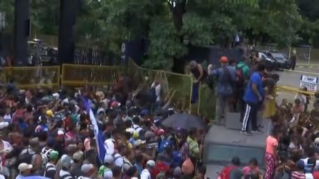 VIDEO Mii de oameni au intrat ilegal în Mexic, după ce au rupt un gard de la graniță. Polițiștii au intervenit în forță