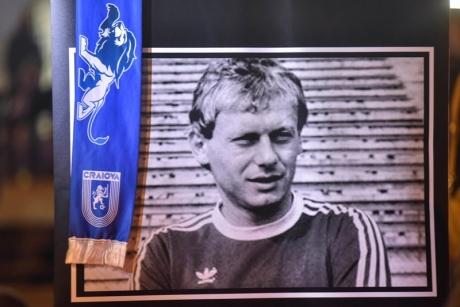 VIDEO - Ilie Balaci a fost înmormântat la Craiova, cu onoruri militare. Mii de oameni și-au luat rămas bun de la marele fotbalist