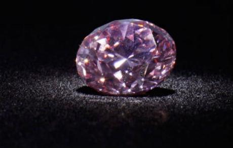 Un diamant roz de aproape 19 carate a fost vândut pentru 50 de milioane de dolari la o licitație