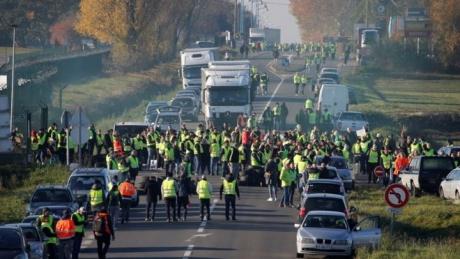 Franța, în clocot! 244.000 de manifestanţi în toată ţara, proteste şi gaze lacrimogene în apropierea Palatului Elysée: 'Macron, demisia'
