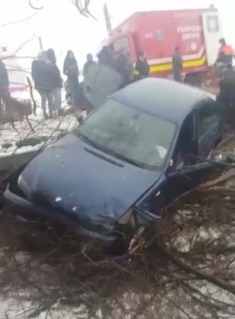 VIDEO Accident rutier grav în Dolj: o mașină a intrat într-un cap de pod; patru persoane, între care şi doi copii, au fost rănite
