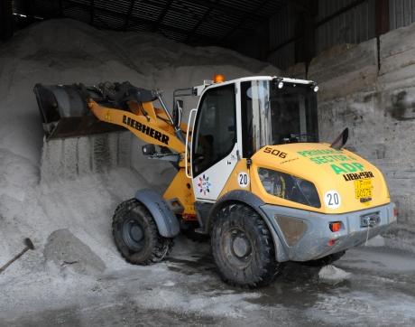 Munți de sare pentru deszăpezirea străzilor din Sectorul 4