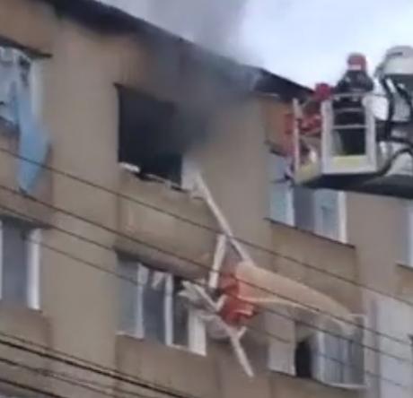 Explozie într-un apartament din Câmpulung:  proprietarul locuinţei a suferit arsuri la nivelul feţei