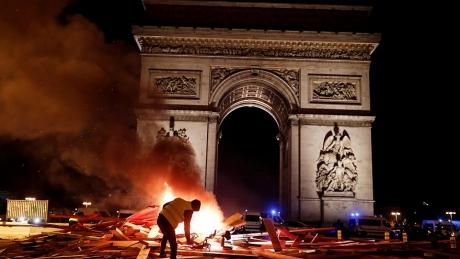 Autoritățile fraceze suspectează o implicare masivă în Revolta `Vestelor Galbene`. Ample verificări ale serviciilor secrete pe rețelele sociale