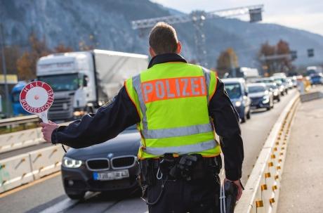 Polițiștii germani opresc la punctele de frontieră toate mașinile care merg din Germania în Franța