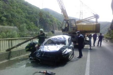 Trafic îngreunat pe Valea Oltului din cauza unor mașini avariate de pietrele căzute de pe versant
