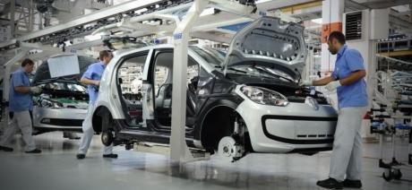 Volkswagen trece de la producția de motoare cu combustie internă, la cea de baterii pentru mașinile electrice