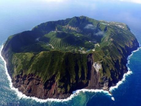Un bărbat care trăiește singur de 30 de ani pe insula Budelli este obligat de autorități să plece