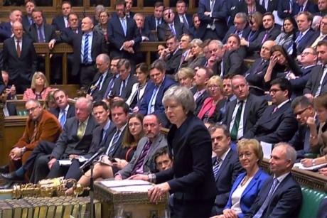 Spiritele se încing în Marea Britanie: Theresa May i-a enervat pe unioniștii nord-irlandezi, care au anunțat că nu vor vota acordul negociat cu Bruxellesul
