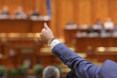 Senatorii au votat: Ei sunt românii care vor putea fi înmormântați fără autopsie și îmbălsămare, în maximum 24 de ore