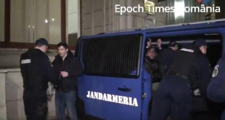 VIOLENȚE în fața Ministerului Justiției: Mai mulți protestatari Rezist au vandalizat sediul instituției și au fost ridicați - VIDEO