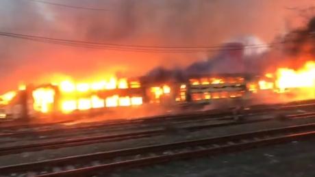 VIDEO Incendiu într-o gară: Mai multe vagoane sunt în flăcări