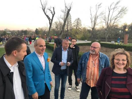 Rareș Bogdan lansează ofensiva pentru recâștigarea Capitalei. Bucureșteni: `Bine că ați venit să ne scăpați!/ Nu îi lăsați să ne distrugă de tot!`(video-foto)
