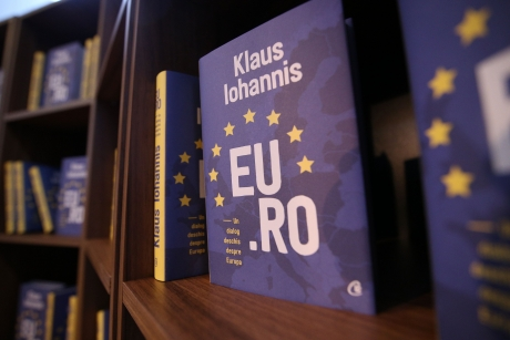 Cartea lui Iohannis, 'EU.RO. Un dialog deschis despre Europa', făcută praf: 'La Cotroceni cântă plictiseala'