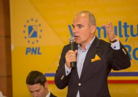 Ministerul Educației solicită ISJ să facă o anchetă, după ce la o școală din Buzău au fost găsite afișe cu Rareș Bogdan
