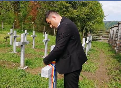 VIDEO - Candidatul bătut s-a întors la cimitirul din Valea Uzului și a pus tricolorul pe fiecare cruce: 'Acum eroii noștri se pot odihni liniștiți'
