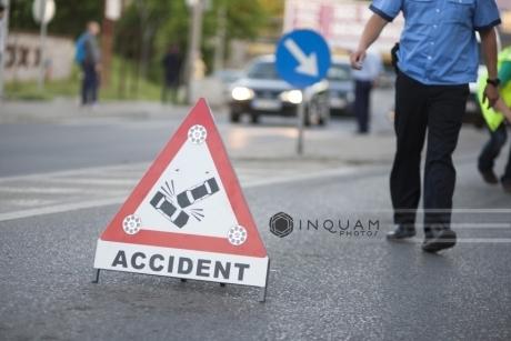 Un tânăr a murit, iar alţi doi au fost grav răniţi, după ce au furat un autoturism şi au făcut accident