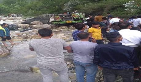 VIDEO Cel puțin 25 de morți, după ce un autobuz a căzut într-o prăpastie: Alți 25 de pasageri sunt în stare gravă, în India