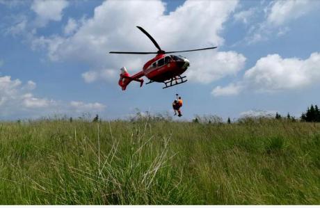 Un copil de doi ani a fost transportat cu elicopterul SMURD la Bucureşti, după ce s-a opărit cu un lichid fierbinte