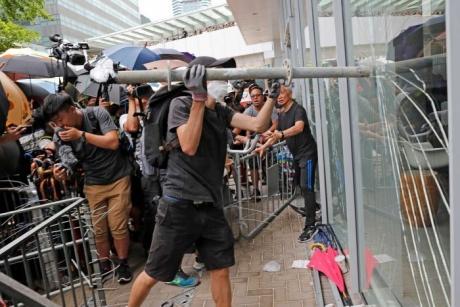 Poliţia din Hong Kong a folosit gaze lacrimogene pentru a dispersa grupuri de manifestanţi antiguvernamentali