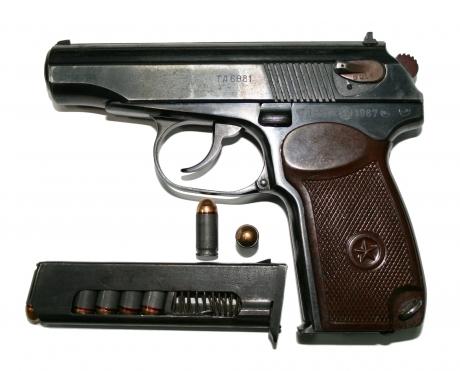 Un bărbat a adus ilegal din Marea Britanie un pistol de 4,5 mm: polițiștii i-au întocmit dosar penal