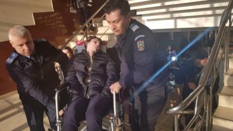 VIDEO Caz revoltător: Justiția își bate joc de o fată paralizată, accidentată de un comisar al Gărzii de Mediu