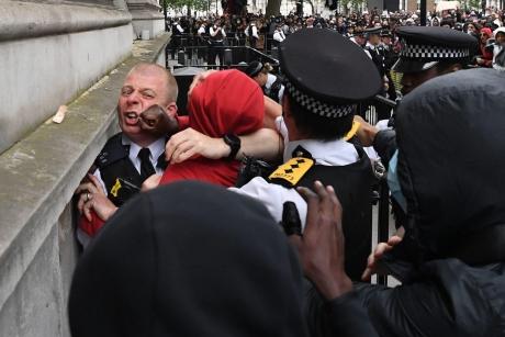 VIDEO HAOS la Londra: 10 polițiști au fost răniți, în proteste! O polițistă s-a lovit de un semafor, în timp ce călărea