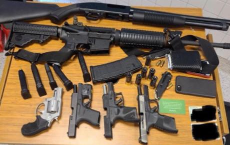 Un bărbat a aterizat în Italia cu arme și droguri pentru ''o operație''