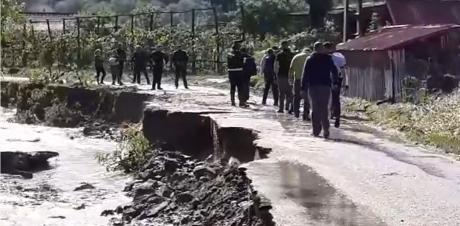 VIDEO Imaginile DEZASTRULUI, după inundațiile din ultimele ore: familii izolate, mașini luate de viitură, podețe și drumuri rupte